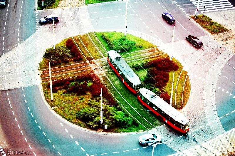Straßenbahn fährt in den Herbstkreis