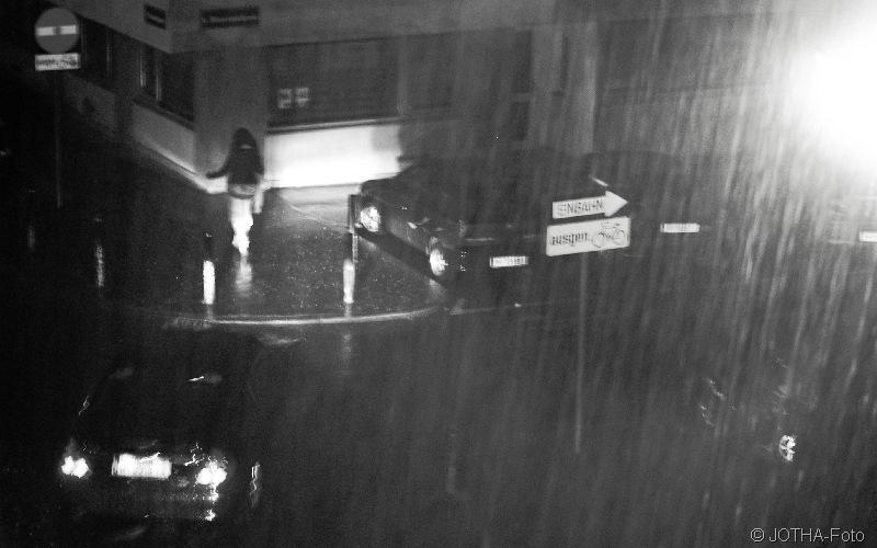 Heimweg nachts im Regen