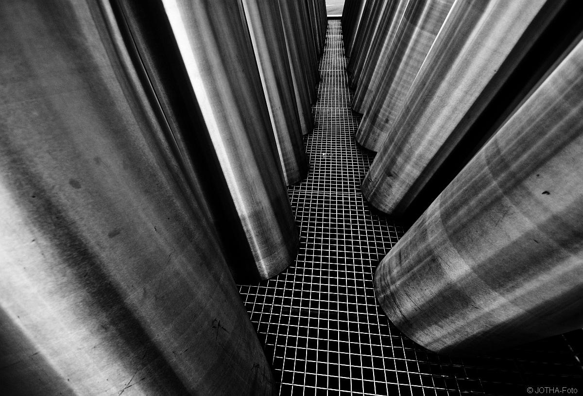 Stahlsäulen auf Gitterrost