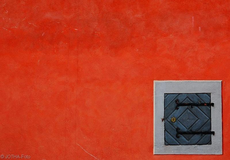 Kleine Tür in roter Wand